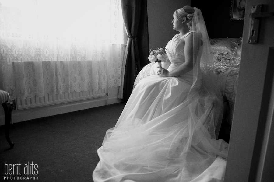 000_wedding_photography_bride_portrait_sitting_on-the_bed_dress_veil