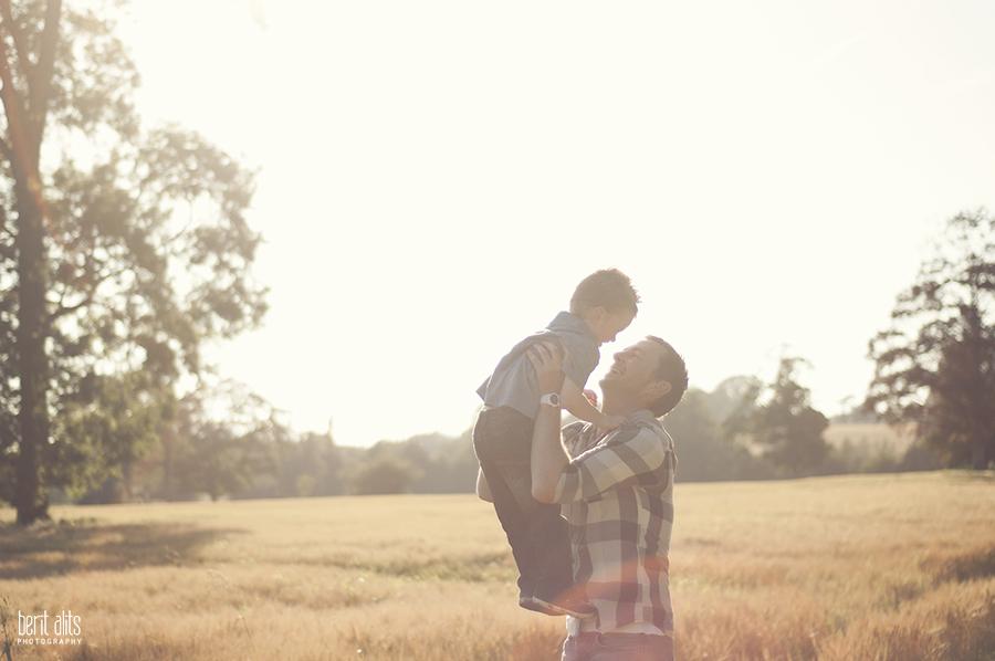 DSC_0047_creative_portrait_photography_field_sunny_backlight_father_son_moment_