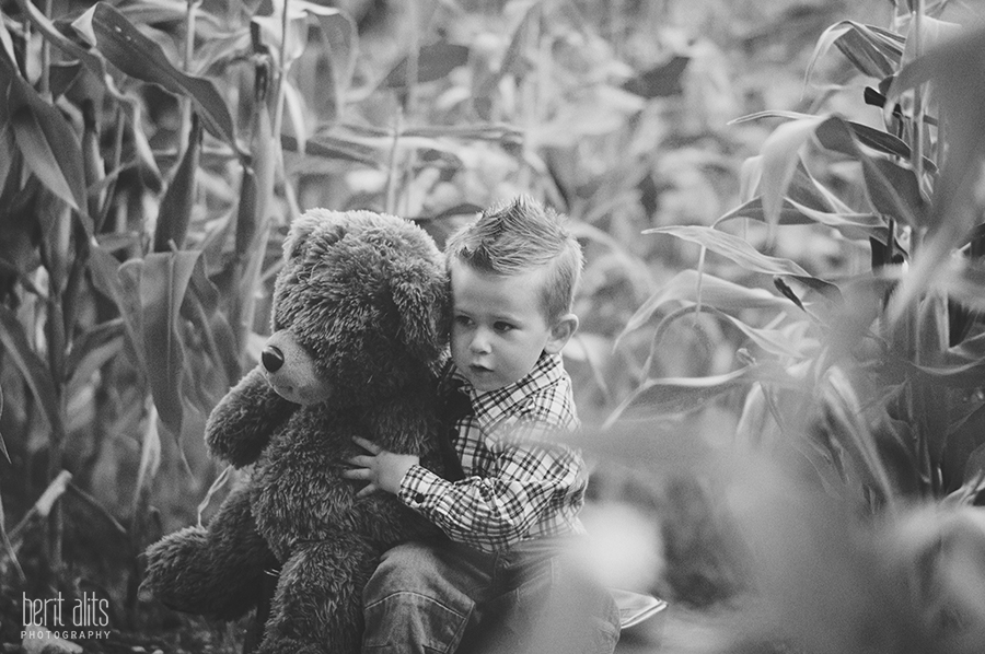DSC_0084_crative_child_photography_field_black_and_white_teddy_bear_kid
