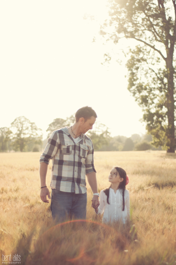 DSC_0099_creative_portrait_photography_field_sunny_backlight_father_daughter_moment_