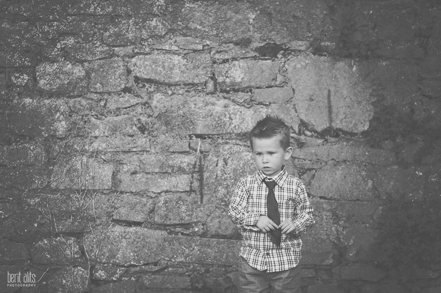 DSC_0133bw__creative_portrait_photography_suitcase_child_tie_photographer.
