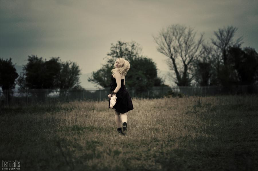 DSC_0271a_creative_photography_field_dark_girl_running_photographer_artistic