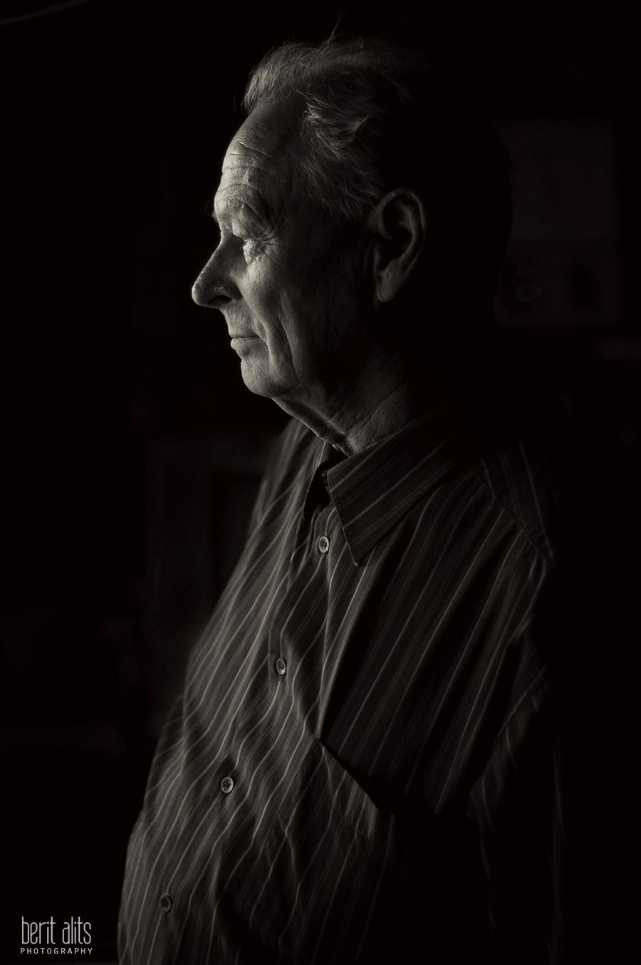 DSC_0293_creative_portrait_photography_photographer_grandfather_black_and_white_window_light