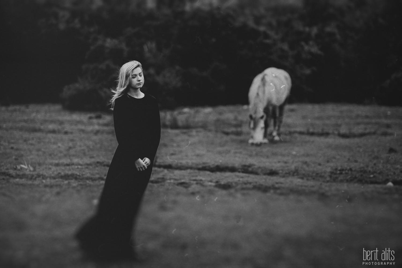 01_model_photoshoot_clonmel_photographer_tipperary_ireland_photography_portrait_creative_dreamy_ethereal_horse_field_black_dress_dreamscape_romantic_berit_alits_