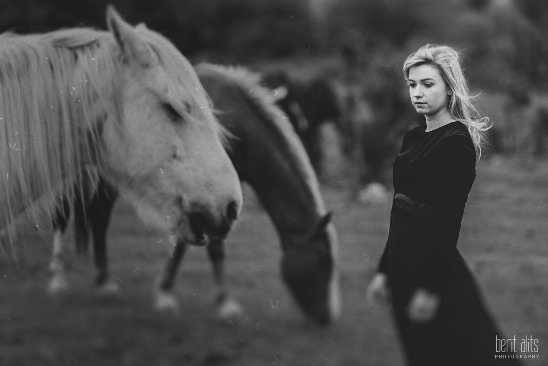 02_model_photoshoot_clonmel_photographer_tipperary_ireland_photography_portrait_creative_dreamy_ethereal_horse_field_black_dress_dreamscape_romantic_berit_alits_