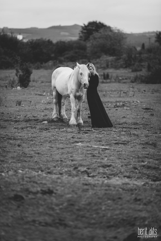 0601_model_photoshoot_clonmel_photographer_tipperary_ireland_photography_portrait_creative_dreamy_ethereal_horse_field_black_dress_dreamscape_romantic_berit_alits_