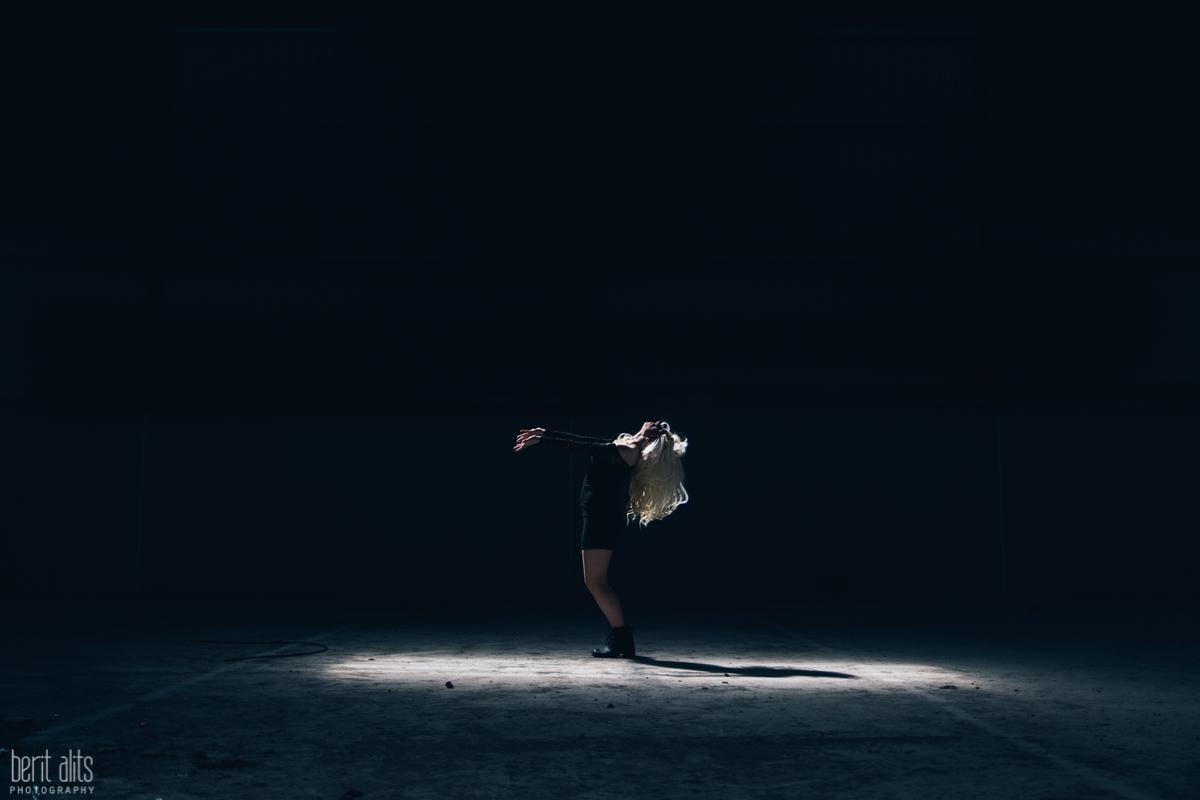 06_dancer_portrait_dancing_dramatic_light_natural_creative_artistic_sunlight_hair_nikon_d800_clonmel_tipperary_ireland_photographer_photography_portrait
