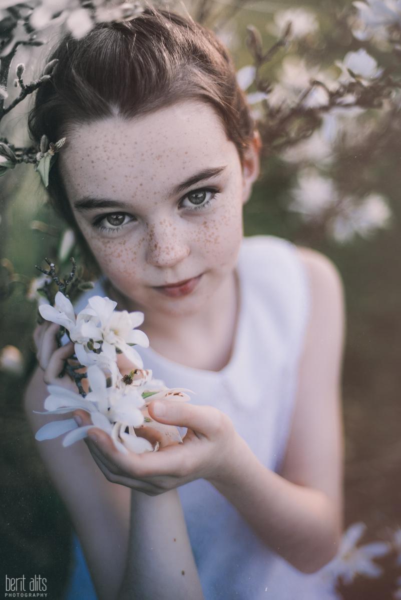 02_children_photography_clonmel_ireland_artistic_creative_dreamy_natural_fine_art_spring_flowers_white_conceptual_storytelling_exhibition_nikon_d800_natural_light_backlight_sunset