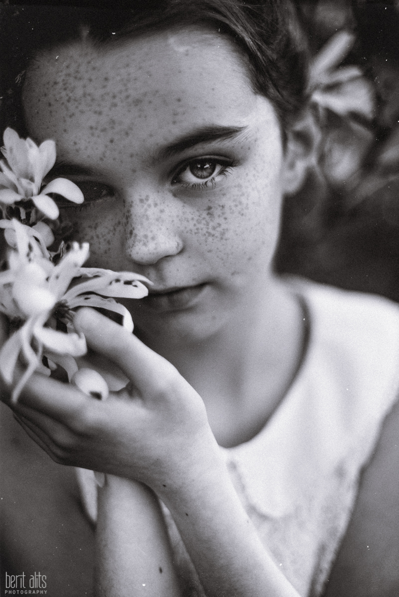 04_children_photography_clonmel_ireland_artistic_creative_dreamy_natural_fine_art_spring_flowers_white_conceptual_storytelling_exhibition_nikon_d800_natural_light_backlight_sunset